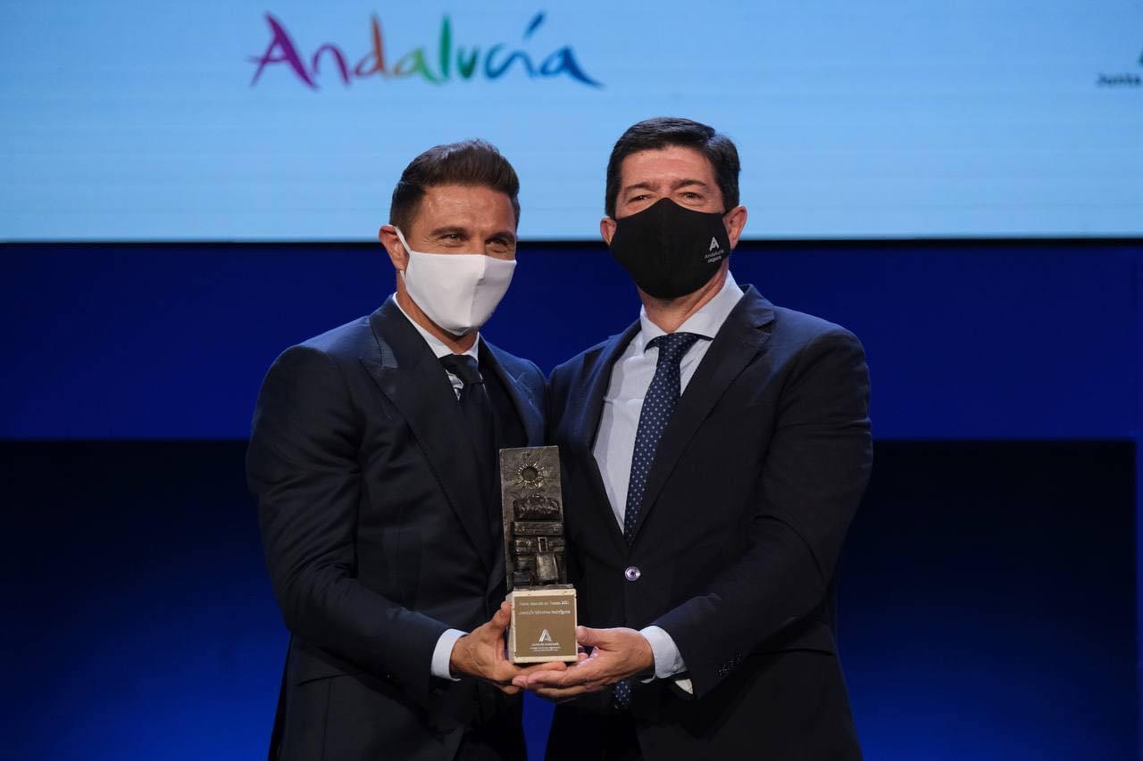 El futbolistaportuenseJoaquín Sánchezrecibe el premioEmbajador de Andalucíade Turismo